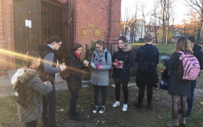 Szkolne Koło Caritas odwiedziło cmentarz