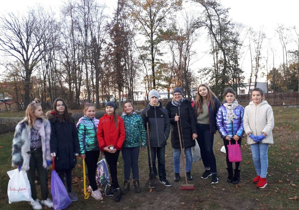 Wolontariusze ZSK sprzątają groby